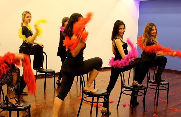 strip-dance-baile-sexy-con-boa-plumas-barcelona-10