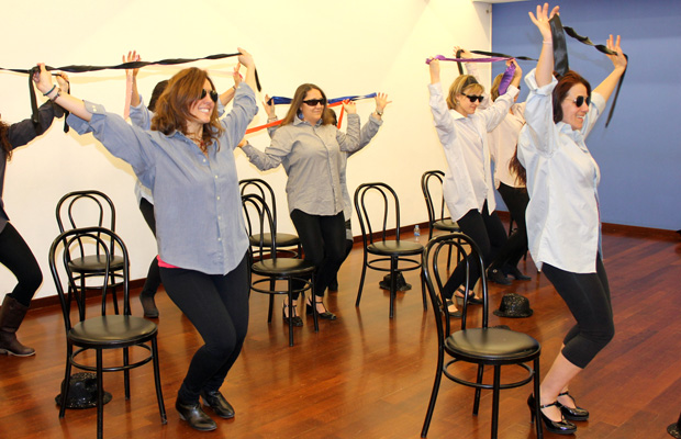 clase-Burlesque-dance-barcelona-mujeres-vestidas-hombre-2