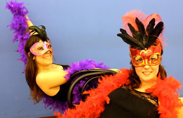 clase-burlesque-dance-baile-con-boa-mascara-silla-3