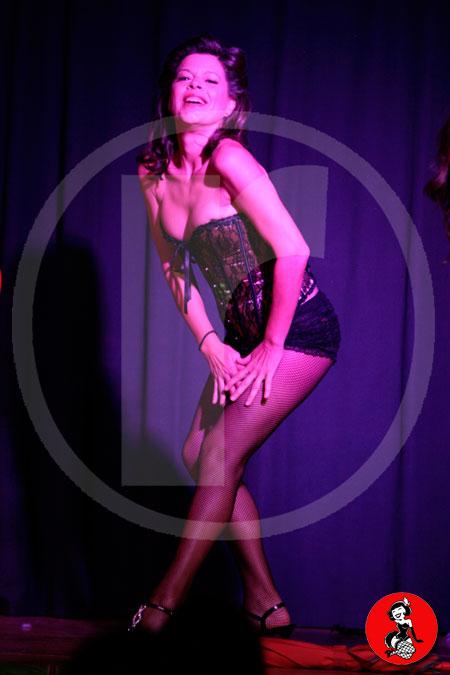 Actuacion-burlesque-barcelona-marina-salvador-paraguas-2