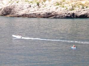 Una barca esce dalla baia. E vietato di usare una barca a motore qua.