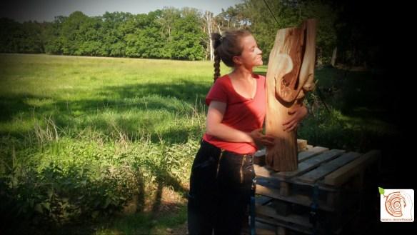 Abstrakte Arbeit am Holzstamm auf dem Kreativplatz Luckenwalde