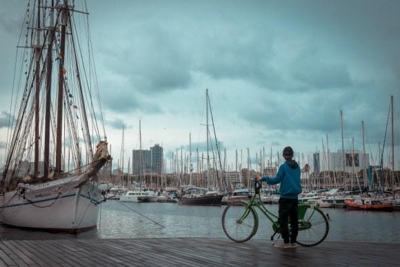 Chico con bicicleta en el Puerto de Barcelona