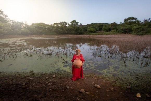 Mujer Wayuu con múcura