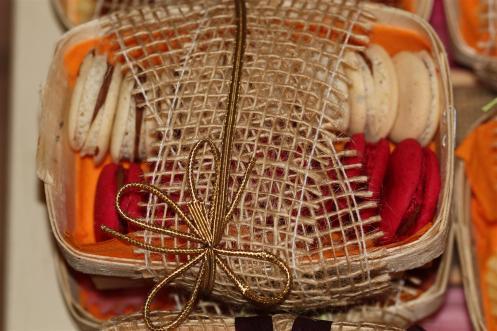 macarons rouges et blancs emballés
