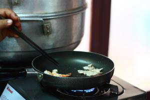Photo of a Vietnamese chef frying shrimps
