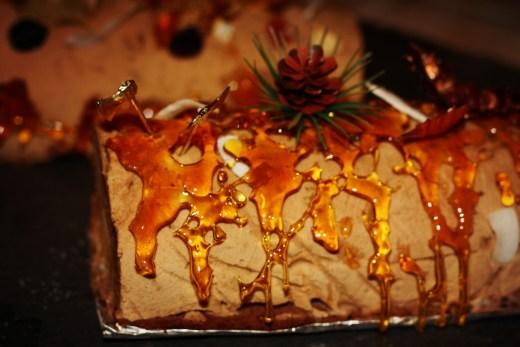 bûche pommes poires pistache caramel décorée d'une cage de caramel