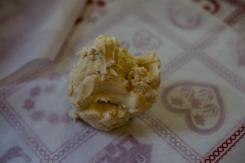 boule de beurre et farine sur du papier sulfurisé