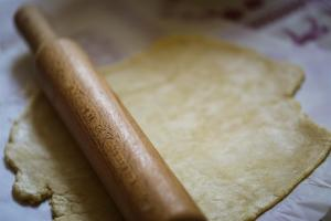 étaler au rouleau une pâte à tarte