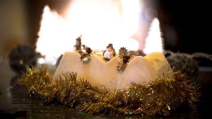 Bûche de Noël chocolat blanc, caramel, fève de tonka et pâte d'amande