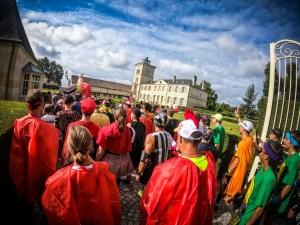 Coureurs entrant dans un château au marathon du médoc