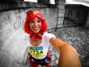 Marion Barral au marathon du Médoc devant château Latour