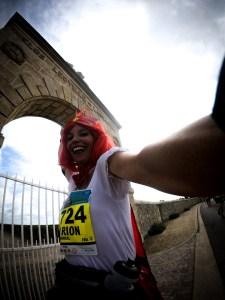 Marion Barral au marathon du Médoc devant le clos Léoville Las Cases