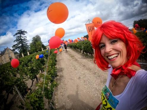Marion Barral devant le château La Haye au marathon du Médoc