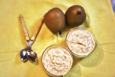 Photo de deux verrines de mousse légère de poire et fèves tonka