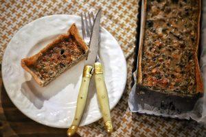 photo d'une assiette de tarte champignons, noisettes et roquefort