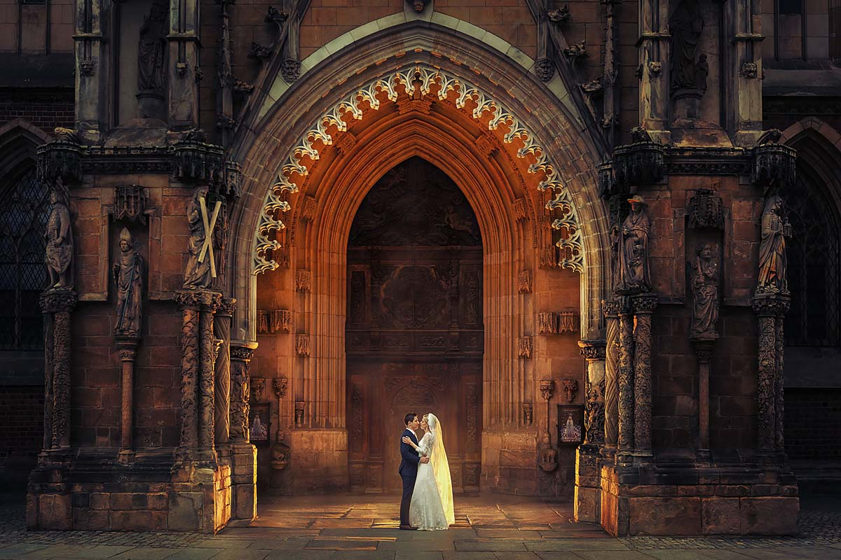 church, wedding couple, magic shot, golden, backlighting