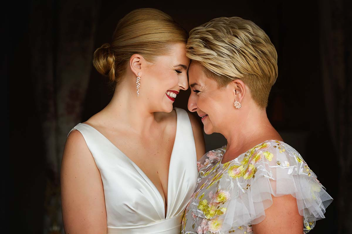 bride with mom, hugging