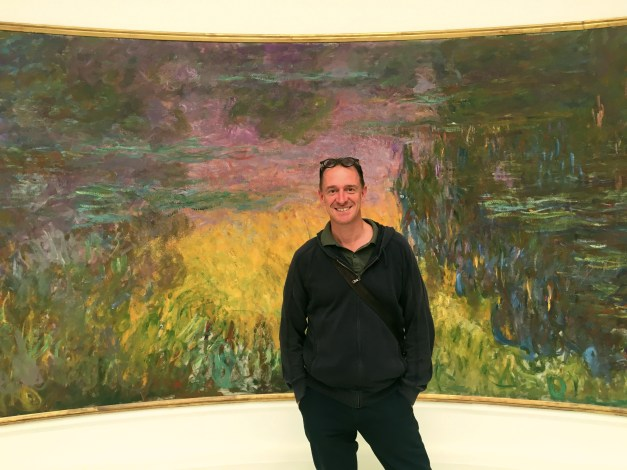 Mark in front of one of Monet's water lily paintings in the Musée de l'Orangerie