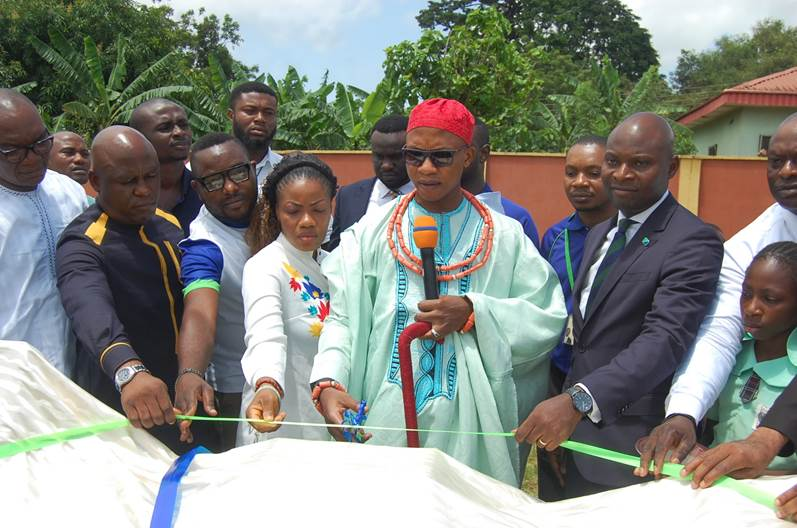 His Royal Highness, Solomon Izuware Ojeaga, The Onogie of Ujiogba and his wife cut the tape to unveil items donated by Fidelity Bank Plc to Egwuare Primary School, Uromi in Edo State recently, as Hon. Augustine Okoruele, Executive Chairman, Esan North East LGA (2nd eft); Chris Nnakwe, Head, CSR & Sustainability, Fidelity Bank Plc (3rd left), Ovie Mukoro, Regional Bank Head, Midwest 1, Fidelity Bank Plc (3rd right) look on.