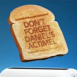 """Danone """"cocina"""" mensajes publicitarios en tostadas de pan"""