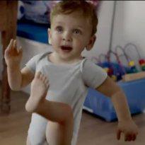 ¿No les recuerda a algo el niño que baila en el nuevo spot de Gallina Blanca?