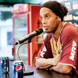 """Coca-Cola """"da puerta"""" a Ronaldinho después de que el futbolista fuera fotografiado junto a una lata de Pepsi"""