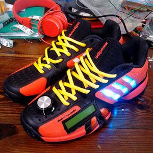 Adidas lanza unas zapatillas con una pantalla LCD que despliega tuits en tiempo real