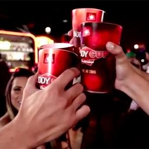 ¿Quiere hacer amigos en Facebook mientras bebe cerveza? Haga sus brindis con este vaso de Budweiser