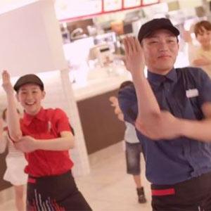 """McDonald's y sus empleados se ponen """"bailongos"""" para vender más hamburguesas en Japón"""