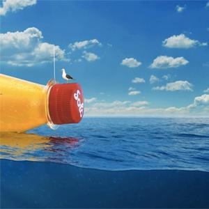Una marca noruega de refrescos envía al Atlántico un mensaje en una botella gigantesca