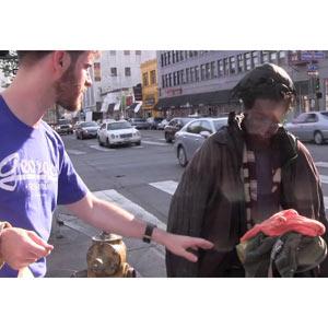 """De torsos perfectos a personas sin hogar: una acción que busca """"reajustar"""" la imagen de Abercrombie"""