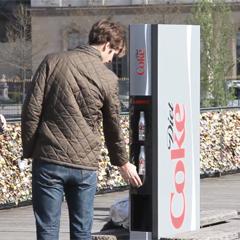 """Coca-Cola Light lanza la máquina expendedora más """"delgada"""" del mundo"""