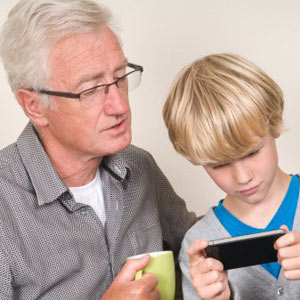 Seis consejos de los mayores para usar el smartphone y no ser un maleducado