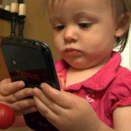 Una niña de un año compra un coche con el smartphone de su padre