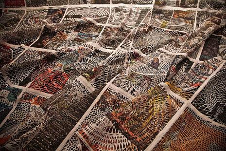 ¿Crisis del papel? ¡Pues convirtamos los periódicos en verdaderas obras de arte!
