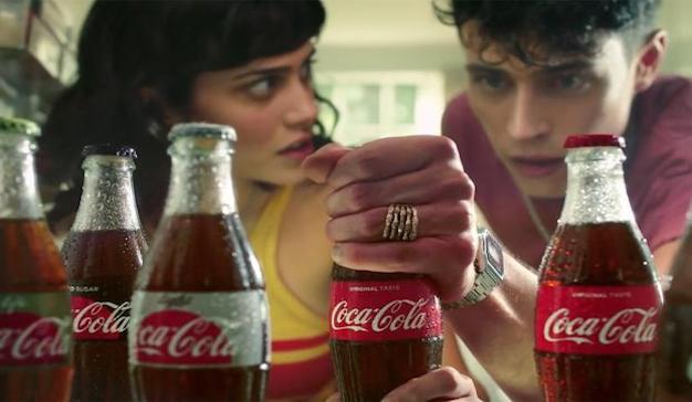 Una madre, su hija y su hijo pelean por un guapo limpiador de piscinas en el último spot de Coca-Cola