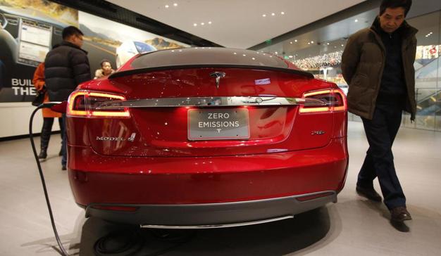 Tesla instala grandes cargadores eléctricos en los aparcamientos del Corte Inglés