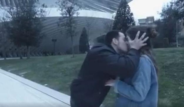 El youtuber que besa a la mujeres sin su permiso