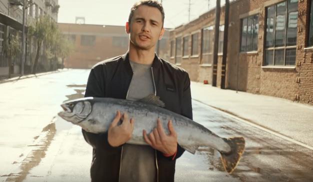 ¿Qué hace James Franco con un pez en brazos? Vea este delirante spot de Zalando y entenderá
