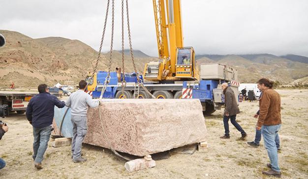 9GAG entierra un monumento de 24 toneladas lleno de memes
