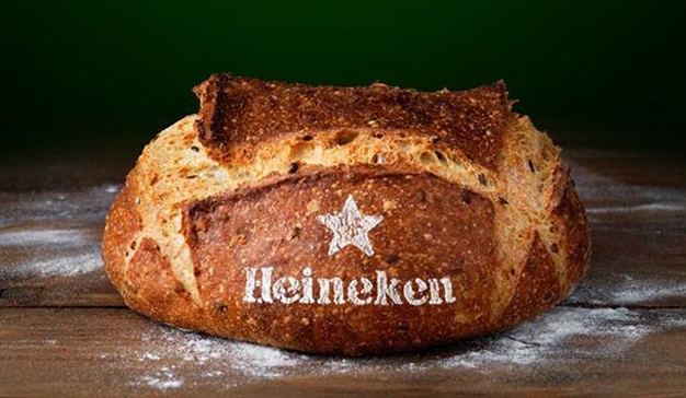 A Heineken se le da de rechupete fermentar cerveza y ahora también hornear pan