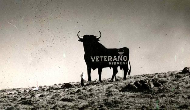"""El toro de Osborne, 60 años haciendo el """"paseíllo"""" publicitario por las carreteras españolas"""
