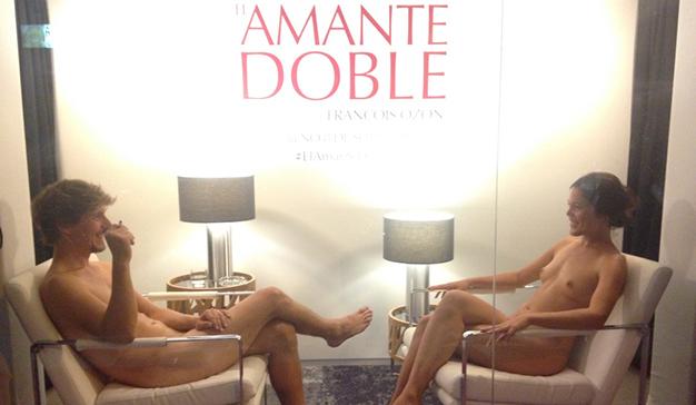 El amante doble promociona su estreno de cine con un escaparate en vivo
