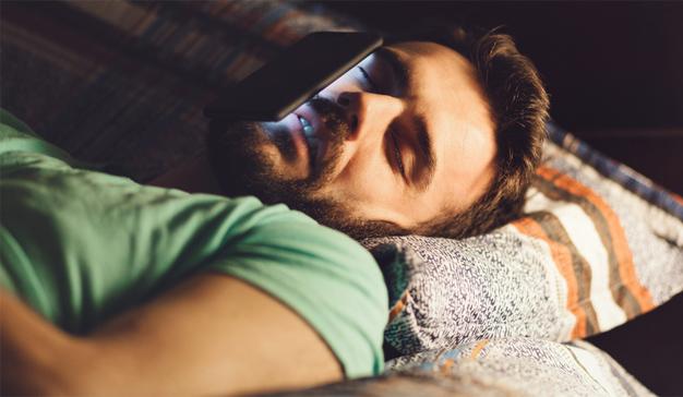 Despertándose (y durmiéndose) con el smartphone perpetuamente en los talones