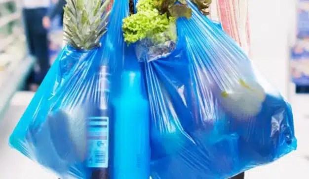 El Gobierno aprueba una ley que obligará a los consumidores a pagar por las bolsas de plástico