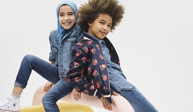 A GAP le llueven los piropos por una nueva campaña que incluye una niña con hijab