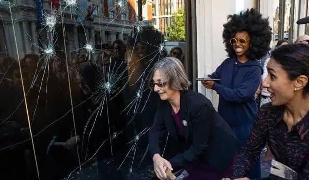 Los almacenes británicos Harvey Nichols rompen cristales por los derechos de las mujeres