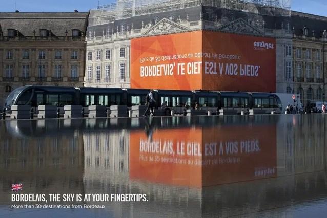 Este chocante anuncio de easyJet sólo cobra sentido si se mira reflejado en el agua