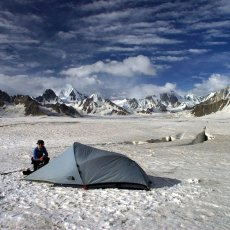 The riddle of Snow Lake and the glacier with no outlet